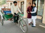 रिक्शे पर बैठकर CM अखिलेश यादव से मिलने पहुंचे पेटीएम के CEO