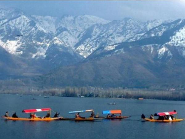 कश्मीर जाने के लिए घटा हवाई किराया, 2000 रु में मिल रहा टिकट