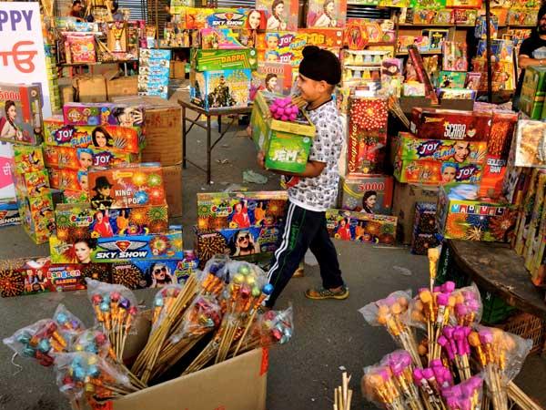सावधान: चीनी पटाखों से रहें दूर, पकड़े गए तो होगी सजा