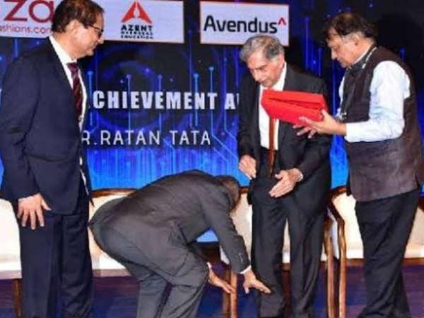 सम्मान : इन्फोसिस संस्थापक ने रतन टाटा के पांव छूकर जीत लिया दिल