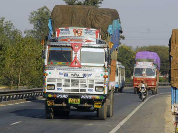 बड़ा खुलासा : ट्रक ड्राइवर देते हैं साल में 48000 करोड़ रुपये की रिश्वत