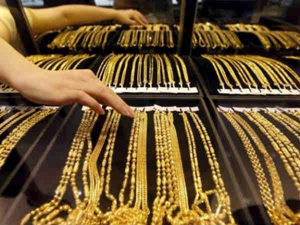 सोने की कीमतों में गिरावट, चांदी भी लुढ़की