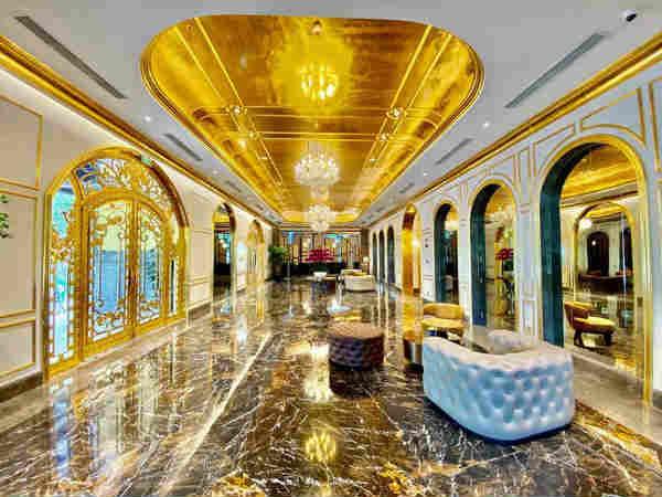 Gold में बना है पूरा होटल, चम्मच से लेकर बाथटब तक हर चीज है सुनहरी
