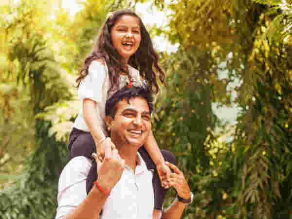 Daughters Day कल : LIC देती है 121 रु में पॉलिसी, बेटी का बन जाएगा भविष्य